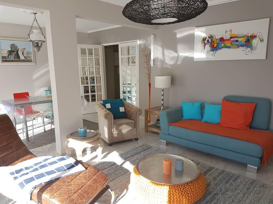 Grande pièce à vivre très agréable et confortable avec de beaux meubles et belles vaisselles, climatisée, lumineuse