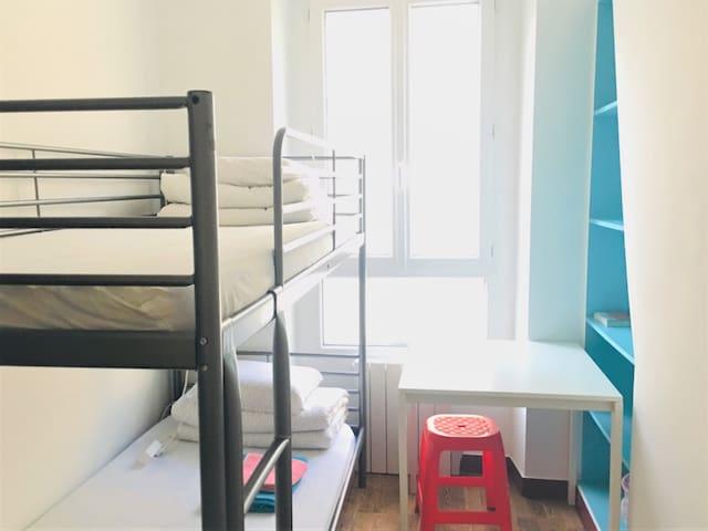 파리  퐁네프 도미토리 ( Man - 2인 (Website hidden by Airbnb) )