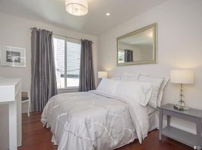 Cozy Marina Studio by Presidio, Bistro Downstairs!