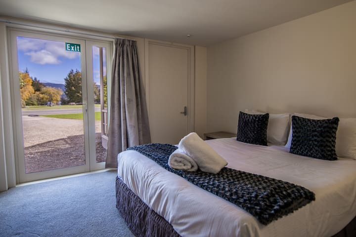 Te Anau Lakefront B&B Queen with wheelchair access