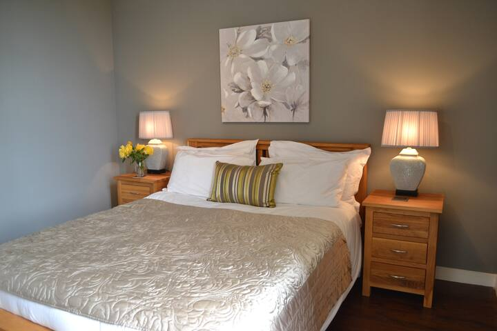 Citron, a lovely queen sized double with private en-suite shower room