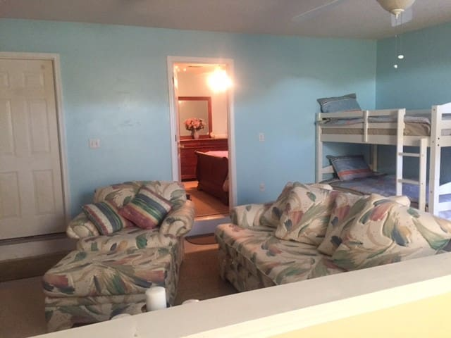 Family & Pet friendly private apt. - Pensacola - Bed & Breakfast