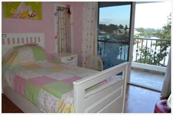 Dormitorio con dos camas de plaza y media en forma marinera con salida la balcòn.