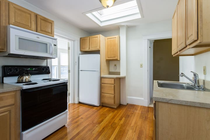 Budget ROOM close to Subway & ferry $799 a month - Weymouth - Casa