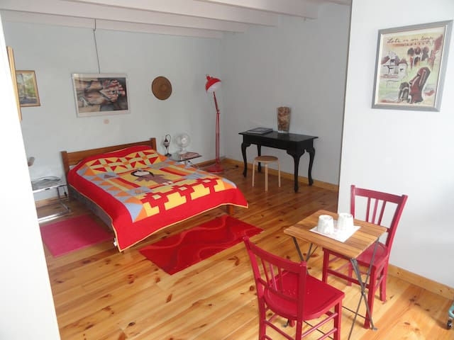 Spacious double bedroom and private bathroom. - Saint-Astier - Apartamento
