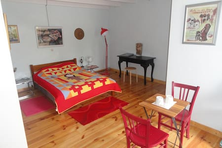 Spacious double bedroom and private bathroom. - Appartamento