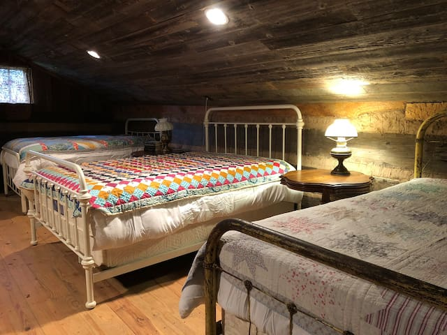 Cozy Loft with 1 Queen and 2 Full Size Beds