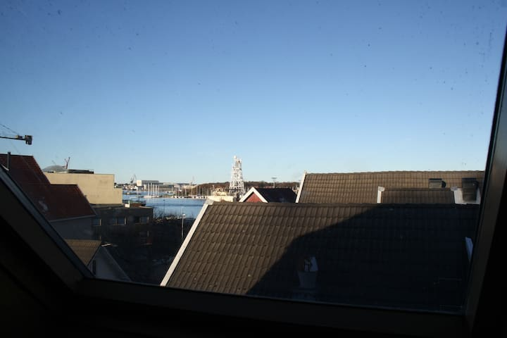 Skylight window, central and next to ferryterminal - Stavanger - Appartement