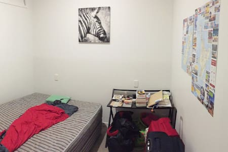 Cosy, clean room right next to city centre. - Auckland