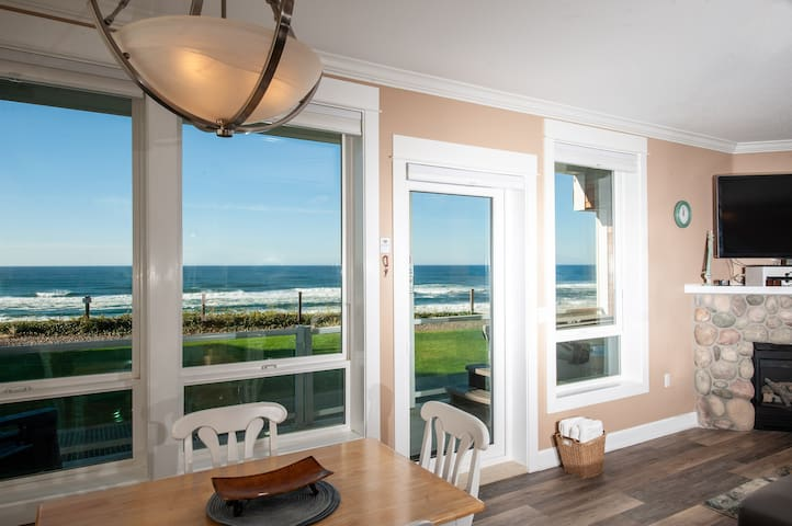 Pacific Escape - Oceanfront Condo, Private Hot Tub