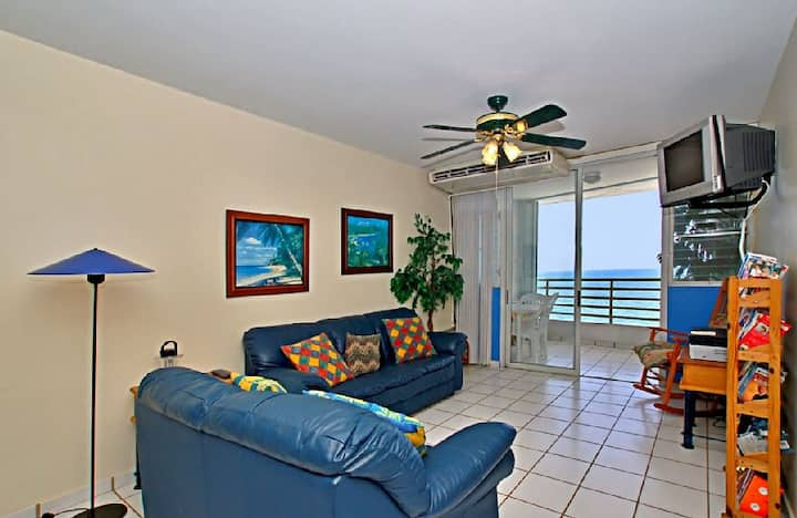 Corcega Beach Oceanfront Condo: pool, beach access