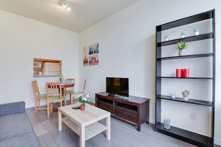 Charming 1BR with a balcony / Excellent Location!