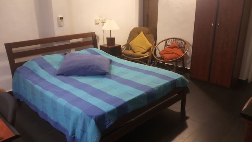Cozy AC Double Room(HotWater-WiFi) -CentralColombo