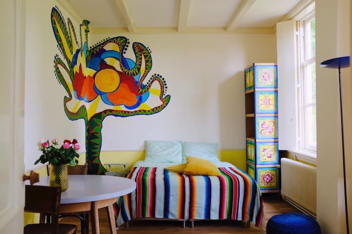 Artists and Travelers B&B (Yellow Room)