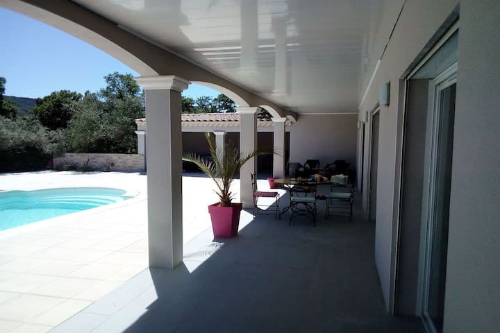 Villa récente avec piscine et pool house