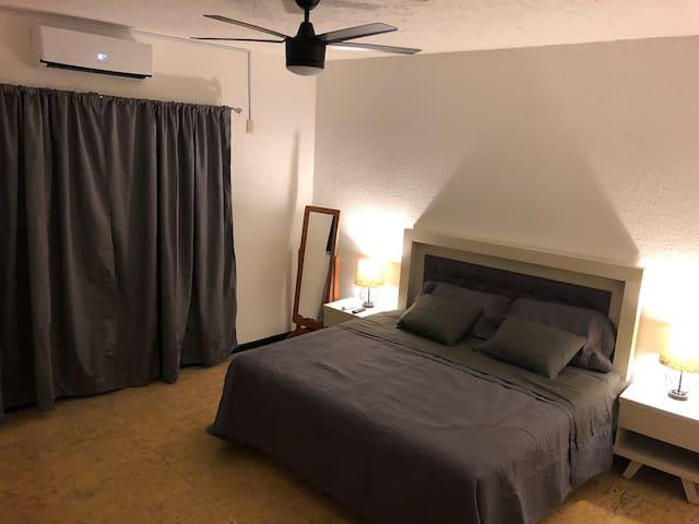 """Recámara con cama King Size. (Muy cómoda), climatizada además de contar con ventilador de techo y pantalla 65"""""""