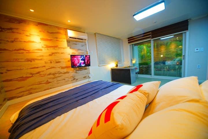 단 차이를 둔 획기적인 침실과 감각적인 인테리어가 인상적인 B동103호