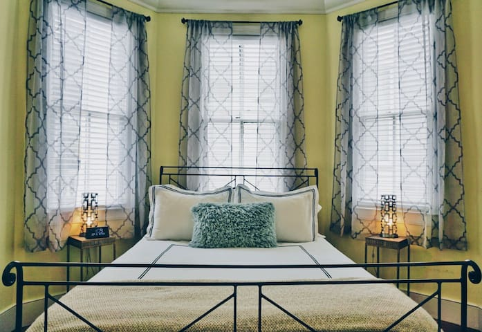 Romantic and Cozy Suite in Downtown Charleston