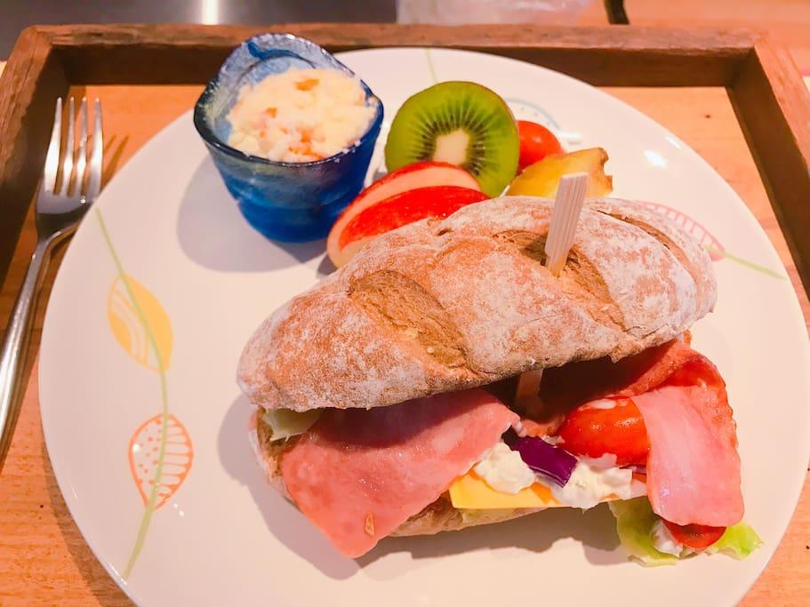 我們自已做的手工早餐,這是其中ㄧ種(會依照當日食材作變化),也都有含咖啡、茶、飲品哦!