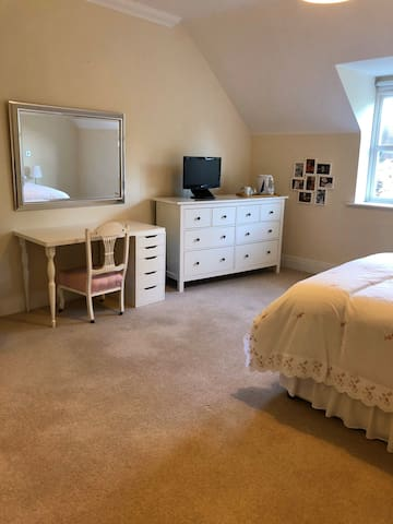 Spacious Double Ensuite Room in Central Esher