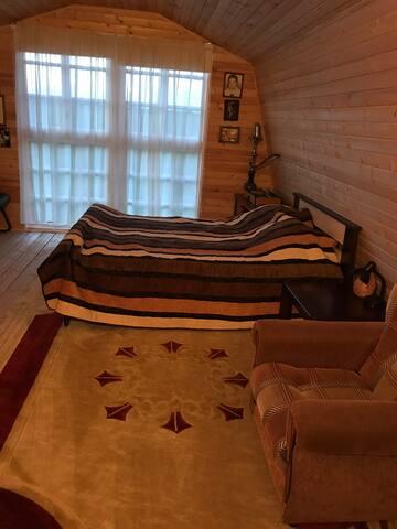 Комната с панорамными окнами на лес