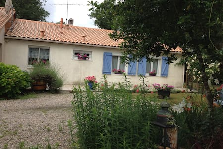 2 chambres dans maison village avec piscine - Aubiac - 独立屋