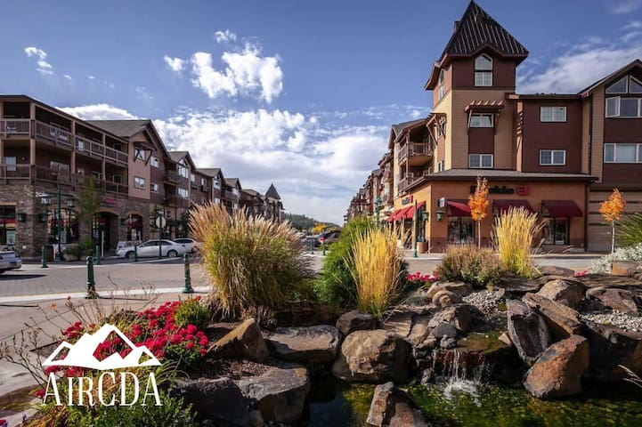 Stay Here! Award Winning Restaurants, Spas, Walk to Coffee & The Lake