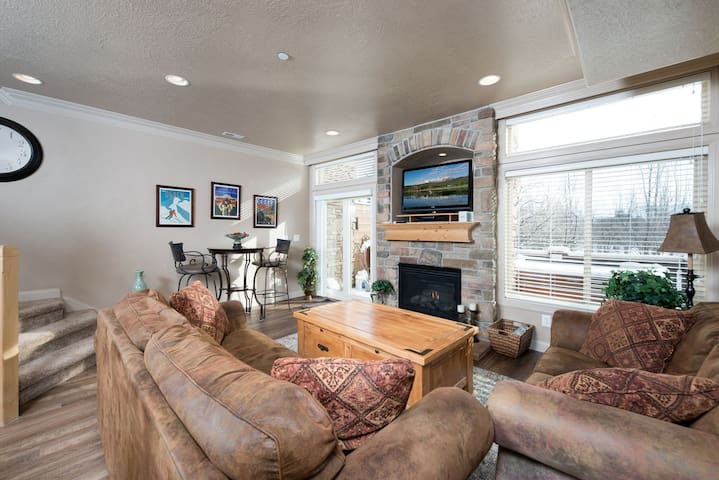 living room area with gas fireplace