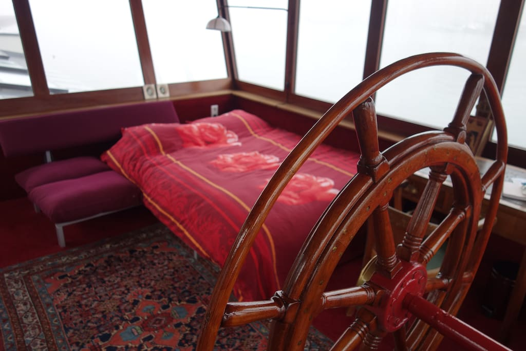 Queen bed in wheel house (= is a sofa, so this room becomes a fancy living room when you book the ship for just 2 persons :-)