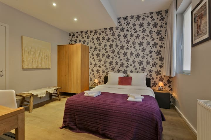 Charming room w private bathroom in city centre