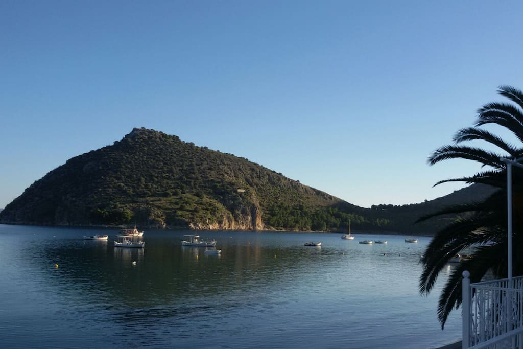 l'île de Romvi en face du port de Tolo