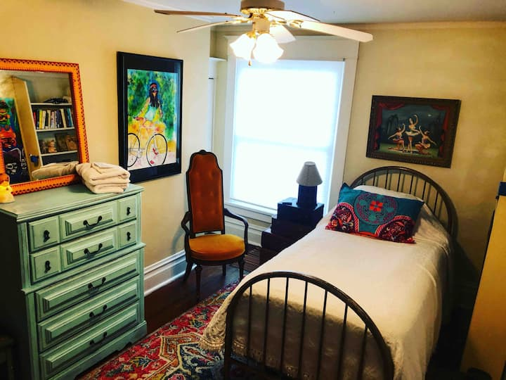 Steph's Room - Baldwin House with a Peach Floor