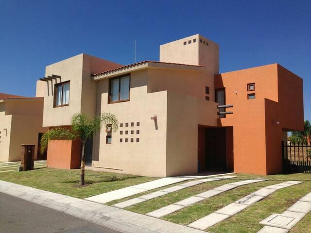 Hermosa casa grande en privada - El Pueblito - Hus