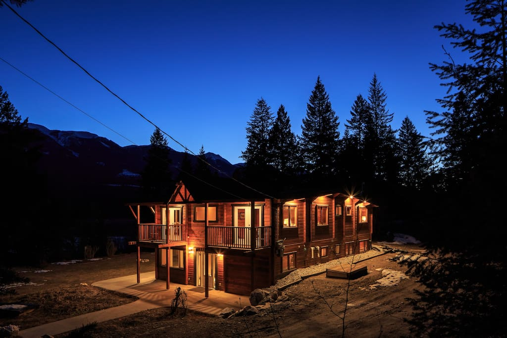 Pan-abode log lodge sleeps up to 14 people comfortably