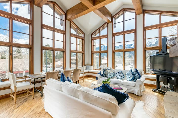 Chic condo in the heart of Ketchum with Mountain Views; steps to the shuttle