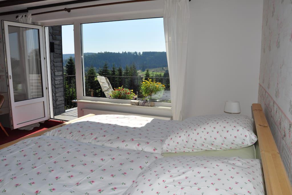 Erstes Schlafzimmer mit Südbalkon