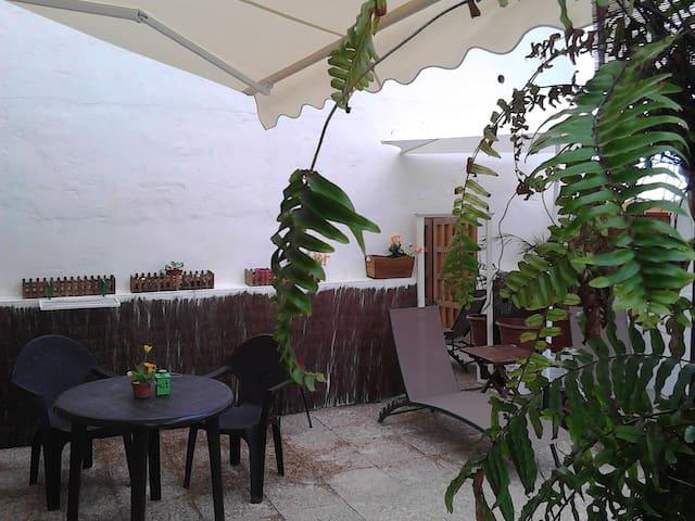 Habitación con baño en suite y zona de cocina