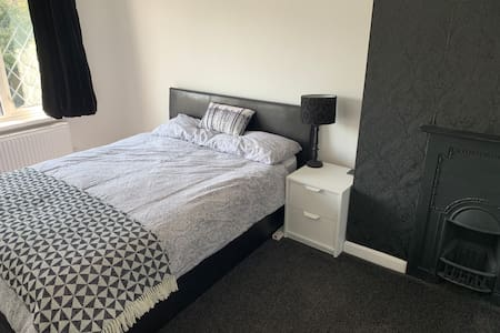 Spacious double bedroom with view on Moorside Rd