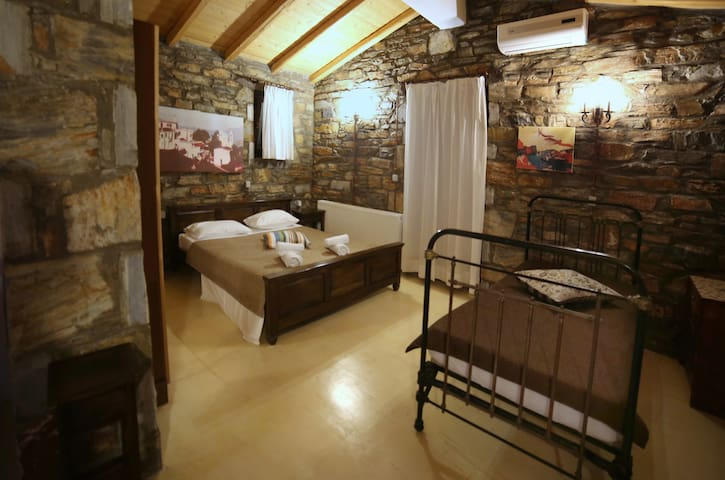 Traditional suite above the Museum of Ikaria - Agios Kirikos - Haus