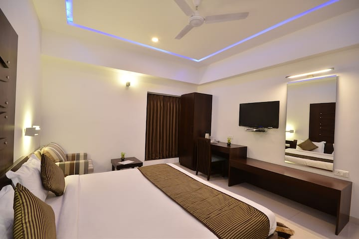 Private Modern Room In Hotel Near Rajkot Airport.