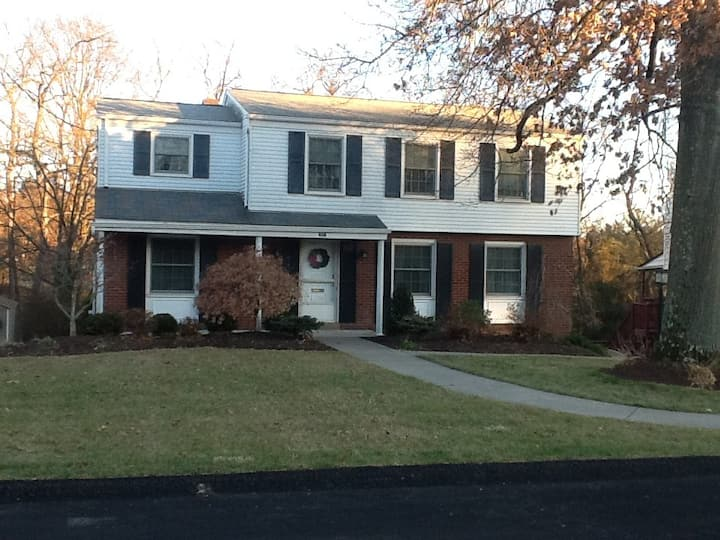 Colonial 2-Story Quiet Home, 13mi  E of Pittsburgh