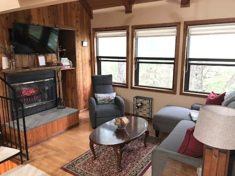 *NEW* Cozy Cottage Retreat near Resort & Lake