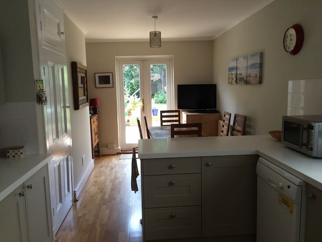 Lovely, bright single room in family house x2