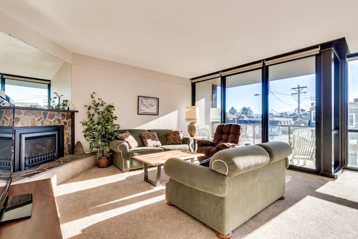 Dog-friendly condo right on the Promenade w/ balcony & fireplace!