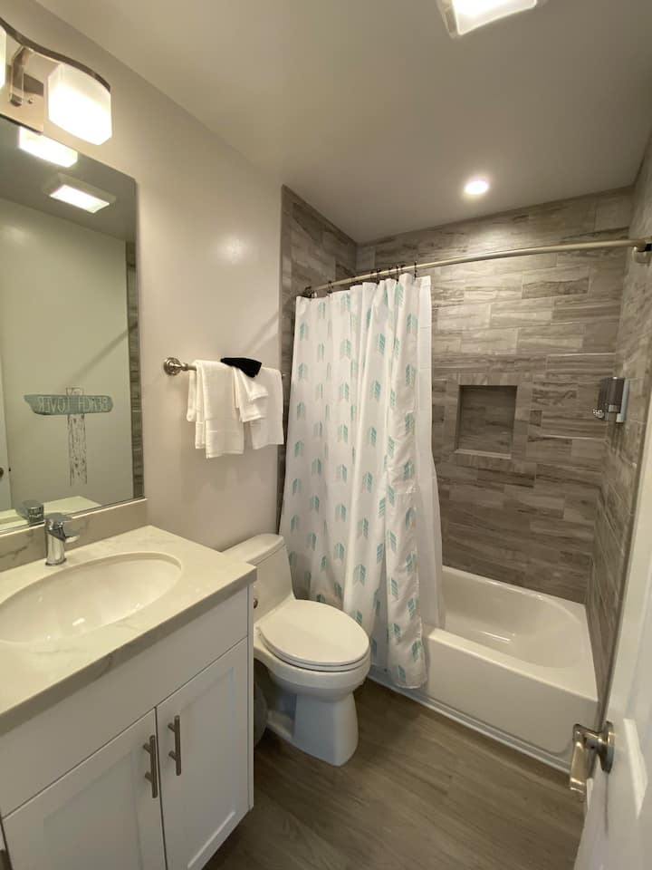 Remodeled Studio 2 Blocks from the Bay!! (#302)