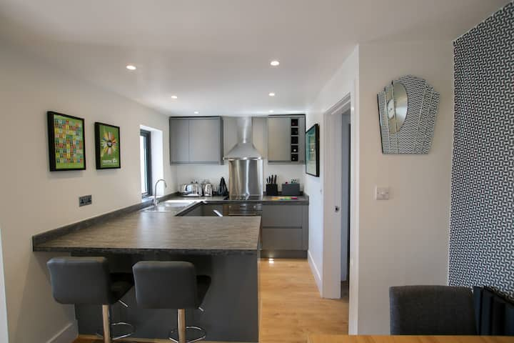 Contemporary & Spacious, perfect for couples & small families, close to beach - Sand Dunes