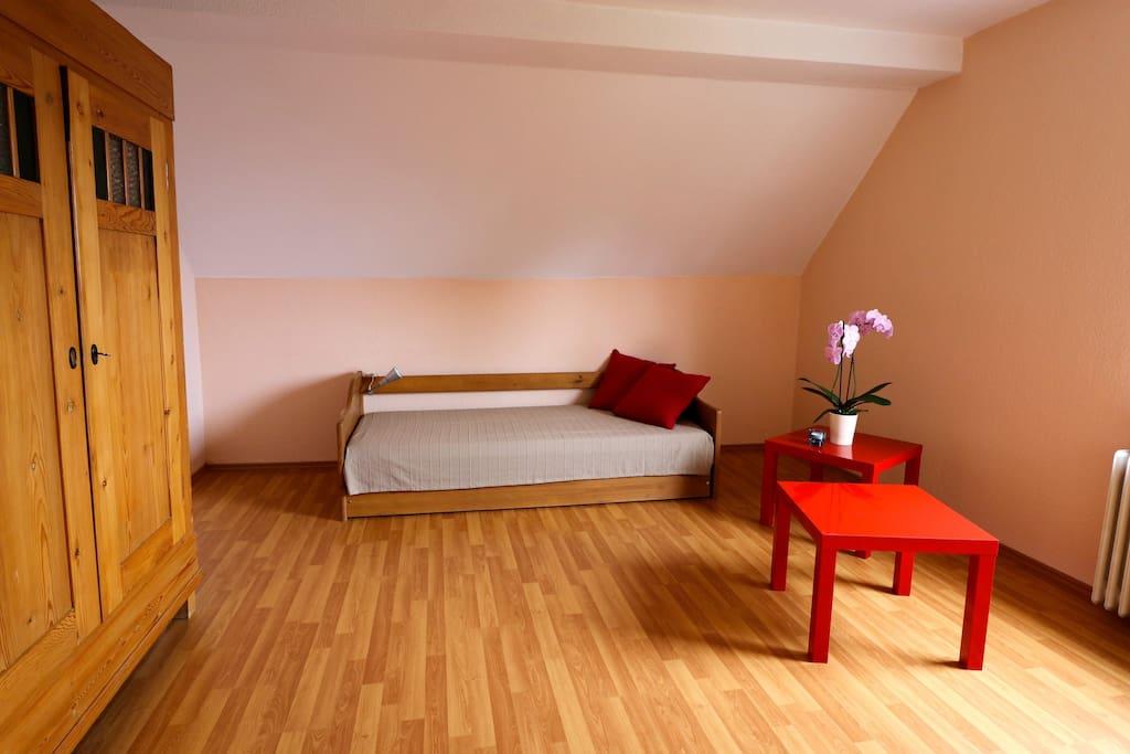 Schlafzimmer 2, Bett ausziehbar für 2 Personen