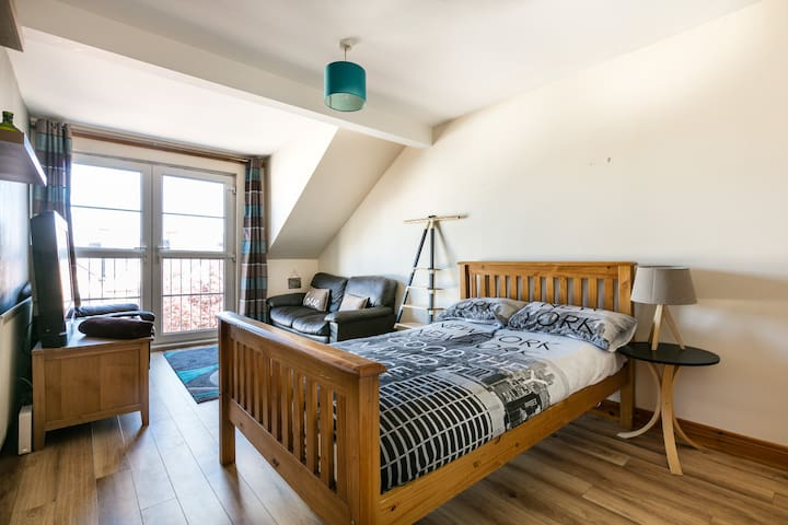 Large Double Room & Patio Doors +TV. Close to City
