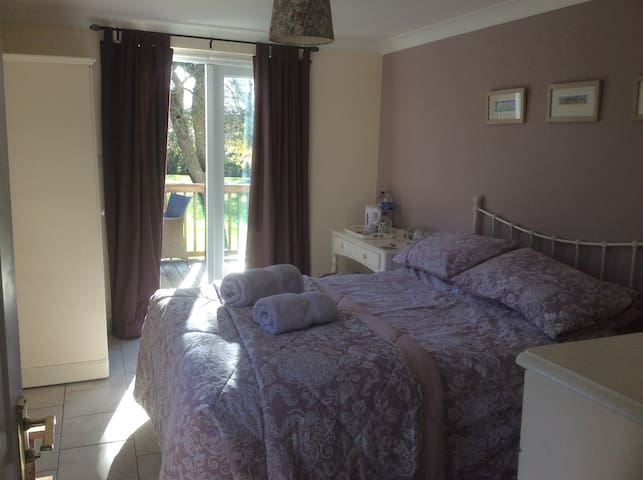 KING ROOM 5 MILES TO STANSTED AIRPORT WITH PARKING