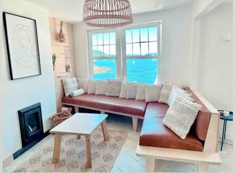 Luxury beach house: amazing sea views & balcony